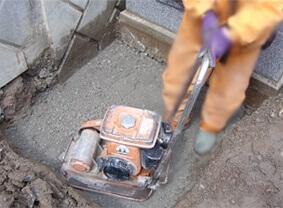 ⑤基礎床堀り、採石、転圧工程