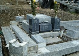 現場:倒壊した外柵・墓石