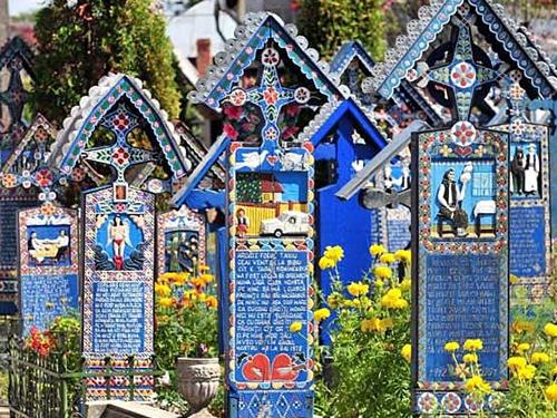 世界のお墓特集~ルーマニアのお墓は絵を書く!~